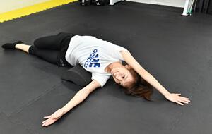 美姿勢を作るために胸郭の可動域をコアクレイドルという専用ツールを使って向上させます。