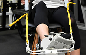 美脚のための下腿部のアライメント不良である下腿外旋症候群に対する矯正運動器具。