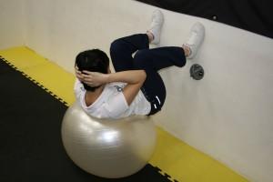レジスタンストレーニング バランスボール上でのクランチ